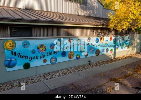 Fresque colorée mettant en vedette le travail des artistes locaux sur le côté du bâtiment annexe SteamPlant dans le quartier historique du centre-ville ; petite ville de montagne de Banque D'Images