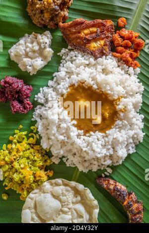 Repas de thali de poisson fait maison servi à la feuille de bannana dans l'État du Kerala, en Inde.