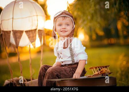 Un petit garçon rêve de devenir pilote. Chapeau d'aviation vintage.