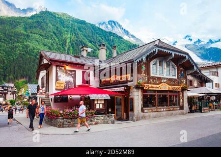 CHAMONIX, France - Juillet 18, 2019: Cafe dans le centre-ville de Chamonix. Chamonix Mont Blanc est une commune française, située dans le sud-est de la France.