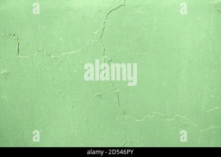 La texture de la peinture verte qui s'écaille sur un mur en métal