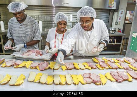 Florida Miami Easter Seals Intergénérationnel Day, personnel de cuisine préparant les repas du midi, femme africaine noire femmes hommes travailleurs, Américains, Banque D'Images