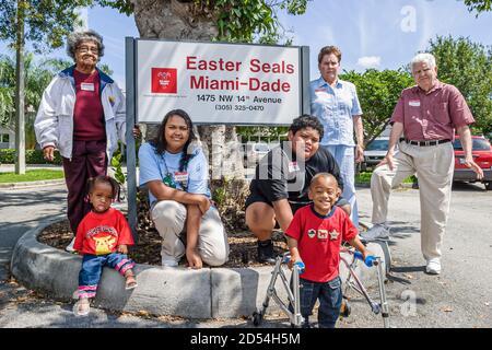 Floride Miami-Dade Pâques phoques jour intergénérationnel, femme africaine noire femme senior, handicapés besoins spéciaux garçon fille hispanique Américains Banque D'Images