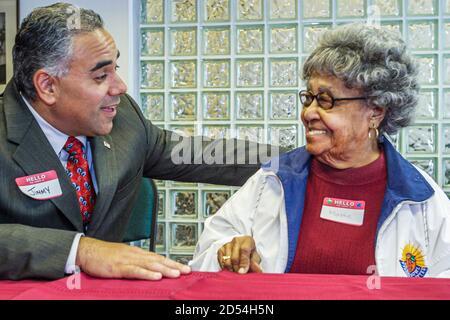 Floride Miami Easter Seals Intergénérationnel Day, femme sénior Black African, politicien hispanique City leader visitant parler, Américains, Banque D'Images
