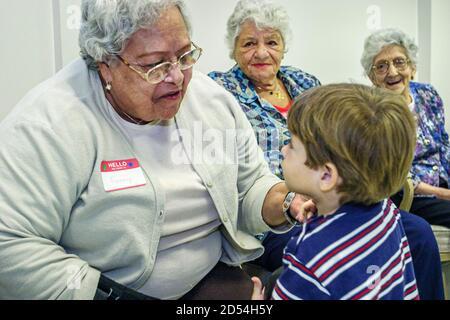 Floride Miami Easter Seals Intergénérationnel Day, aînées femme hispanique Hispanique immigrants, garçon enfant rendant visite aux Américains, Banque D'Images