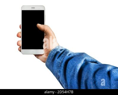 Première personne isolée voir la photo d'une main mâle dans un Jean-shirt tenant un smartphone verticalement sur fond blanc.