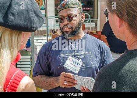 Florida Miami Dade College Wolfson Campus, International Book Fair vendeur stall seller books, Black African Muslim Author man male, Banque D'Images