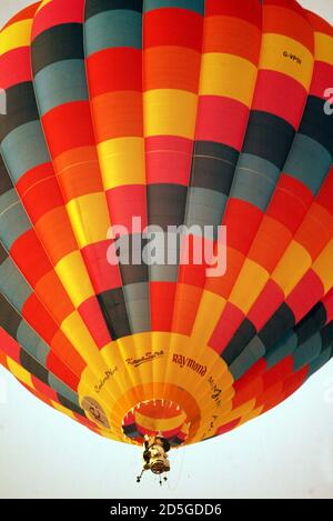 Industrialist Vijaypat Singhania's hot air balloon takes off in Mumbai November 26, 2005. Singhania took off in his hot air balloon capsule in an effort to reach a height of 70,000 feet (above 21,336 meters) above sea level on Saturday, part of an attempt to break the existing world record set for 'High altitude in hot air balloon.' The current record is held by Per Lindstrand, who reached a height of 64,997 feet (19,811 meters) in Plano, Texas, on June 6, 1988. REUTERS/Punit Paranjpe