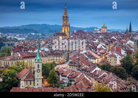 Ville de Berne. Image de paysage urbain aérien de la capitale de Berne, Suisse, à l'heure bleue au crépuscule. Banque D'Images