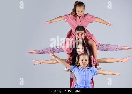 s'amuser ensemble. bonheur. joyeux fête des pères. vacances en famille. maman et papa avec leurs filles. amour et confiance. Père et mère avec deux filles. Fête des mères.