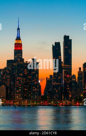 Le soleil se couche sur le gratte-ciel de Manhattan au-delà de l'East River.