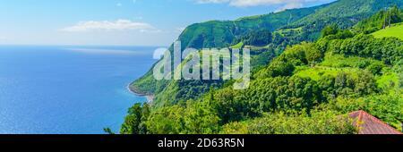 ViewPoint Ponta do Sossego, île de Sao Miguel, Açores, Portugal. Vue sur les fleurs sur une montagne et l'océan à Miradouro da Ponta do Sossango Nordeste