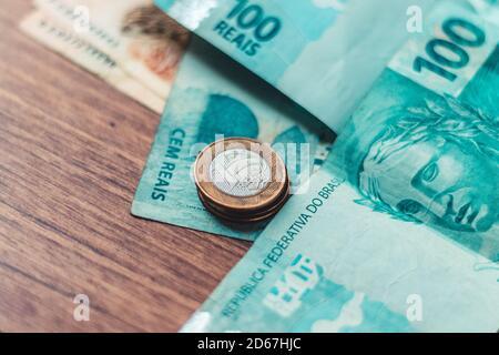 Argent du Brésil. Billets de Real, et pièces, monnaie brésilienne, BRL Brésil. Concept d'épargne, salaire, paiement et fonds.