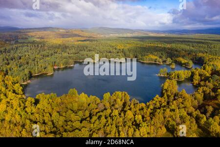 Vue aérienne du Loch VAA dans le parc national de Cairngorms près d'Aviemore, Scottish Highlands, Écosse, Royaume-Uni
