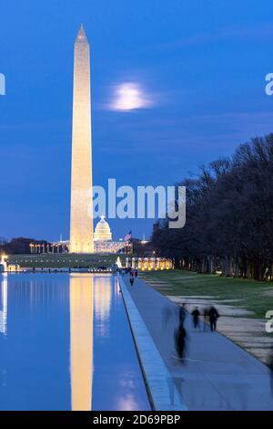 Washington Monument dans une nouvelle piscine à réflexion depuis le Lincoln Memorial à la nuit du coucher du soleil. Ce monument est obélisque sur le National Mall un des points de repère de Banque D'Images