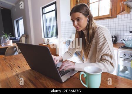 Woman using laptop in La cuisine à la maison