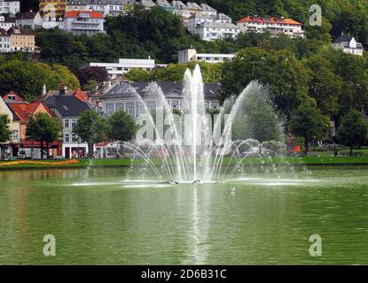 Fontaine d'eau dans le lac de Lille Lungegardsvannet à Bergen on Une journée d'été ensoleillée avec UN ciel bleu clair et Quelques nuages Banque D'Images