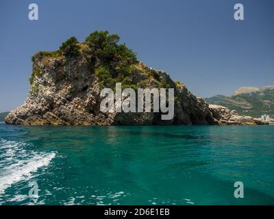 Côte rocheuse et mer bleu clair d'Adriatics au Monténégro Banque D'Images