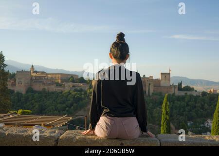 Portrait arrière de jeune femme belle et détendue ayant été Vacances en Espagne appréciant gai belle vue à l'Alhambra de Grenade dans le tourisme