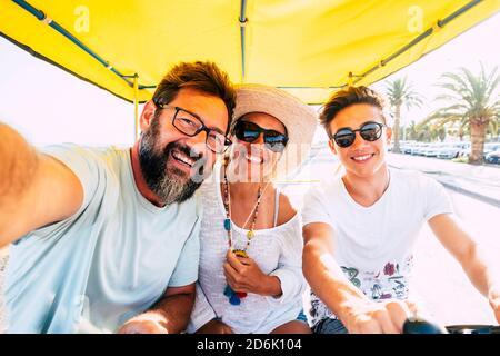 Bonne famille caucasienne profiter des activités de loisirs de vélo en plein air ensemble avoir beaucoup de plaisir et de rire - vacances pour le groupe de trois personnes père Banque D'Images