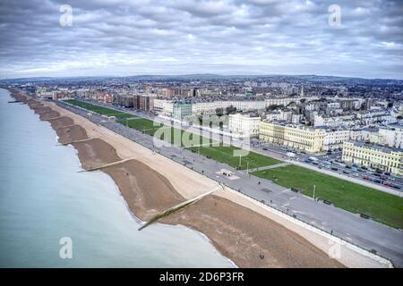 Vue aérienne sur le front de mer de Hove avec la belle promenade et les élégants bâtiments le long de la côte.