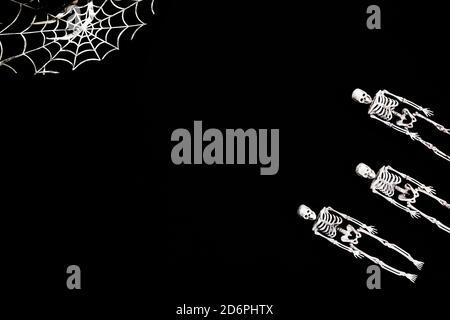 Carte de décoration d'Halloween avec squelettes pour le motif de fête. Arrière-plan noir. Pose à plat. Placer pour le texte.