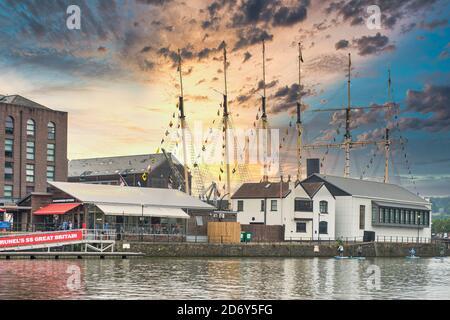 Montage de la SS Grande-Bretagne de Brunel, premier paquebot en fer au monde. Rétroéclairage par coucher de soleil. Étant le musée Brunel, Dockyard Cafe. Cuisine Harbourside.