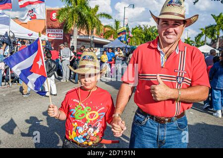 Floride Miami Little Havana, immigrants hispaniques noirs Calle Ocho, Tres Reyes Magos trois 3 Rois parade, famille père fils homme garçon drapeau cubain agitant Banque D'Images