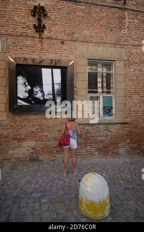 Un touriste observe l'un des magnifiques noirs et blancs de Giacomelli Photos affichées le long des rues de Mondolfo