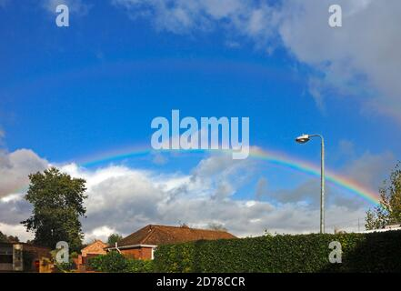 Un arc-en-ciel contre un ciel bleu lors d'une journée d'exposition en automne à Hellesdon, Norfolk, Angleterre, Royaume-Uni.