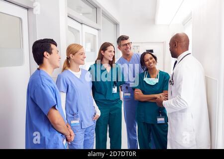Équipe médicale multiculturelle ayant une réunion dans le couloir de l'hôpital Banque D'Images