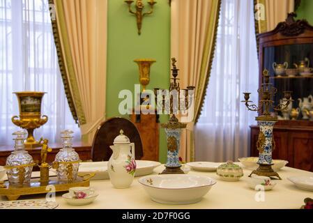 La salle du musée dans l'ancienne HOMESTEAD. Salon avec table pour l'arrivée des clients.