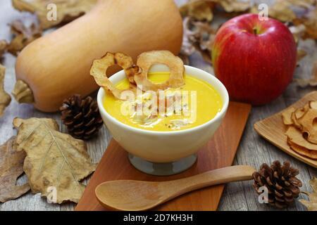 courge musquée et soupe aux pommes pour le dîner d'halloween