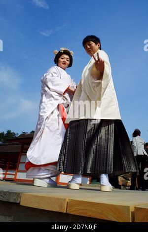 Couple marié japonais vêtu de kimono au sanctuaire d'Itsukushima sur l'île de Miyajima, Hiroshima Ken, Seuto Inland Sea, Japon 2012. Banque D'Images
