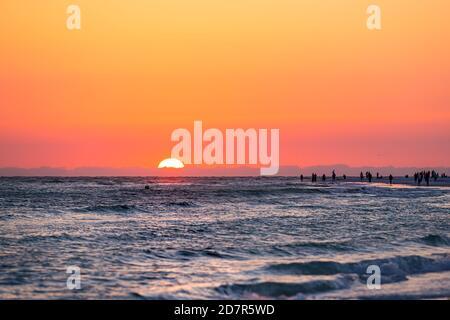 Sarasota, Etats-Unis coucher de soleil à Siesta Key, Floride avec la côte océan golfe du mexique sur la plage et les gens silhouette, coucher de soleil sur l'horizon