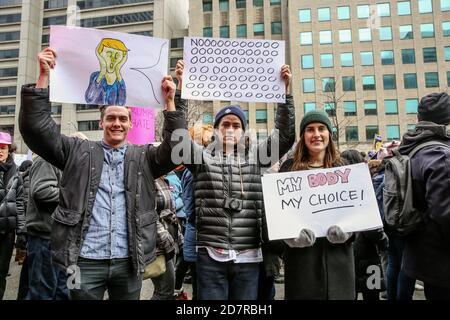 Des manifestants tenant des pancartes exprimant leur opinion pendant la manifestation.des milliers de femmes et leurs alliés ont défilé pour soutenir la Marche des femmes à Washington.