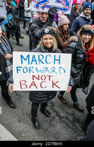 Un manifestant tenant une pancarte exprimant son opinion pendant la manifestation.des milliers de femmes et leurs alliés ont manifesté pour soutenir la Marche des femmes à Washington.