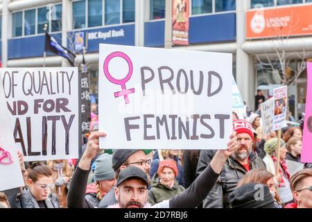 Un manifestant tenant une pancarte exprimant son opinion pendant la manifestation.des milliers de femmes et leurs alliés ont manifesté en faveur de la Marche des femmes à Washington.