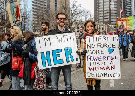 Toronto, Canada. 21 janvier 2017. Des manifestants tenant des pancartes exprimant leur opinion pendant la manifestation.des milliers de femmes et leurs alliés ont défilé pour soutenir la Marche des femmes à Washington. Crédit : Shawn Goldberg/SOPA Images/ZUMA Wire/Alay Live News