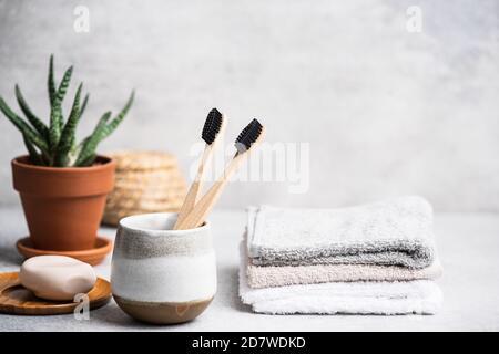 Brosse à dents à charbon dans la salle de bains. Mode de vie éco-durable, soins de santé, concept zéro déchet Banque D'Images