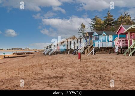 Se trouve à côté des cabanes de plage sur la côte nord de Norfolk en Angleterre.