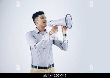 Homme d'affaires criant dans le haut-parleur
