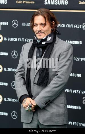 Johnny Depp assiste à la première « Crock of Gold: Quelques tours avec Shane McGowan » lors du 16e Festival du film de Zurich à Kino Corso le 02 octobre 2020 à Zurich, en Suisse.