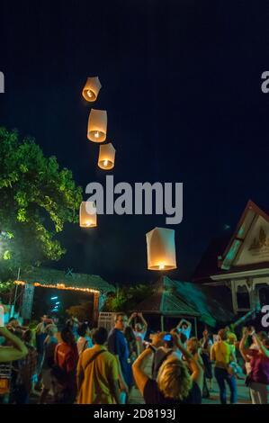 Libération de sky lanternes lors d'un festival de lumière, Chiang Mai, Thaïlande Banque D'Images