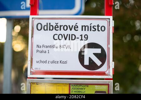 PRAGUE - 8 octobre 2020 : panneau de direction du point d'essai Covid à Prague République tchèque.