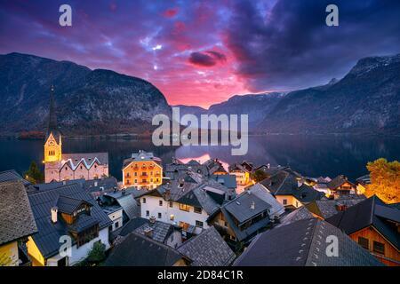 Hallstatt, Autriche. Image de paysage urbain de l'emblématique village alpin de Hallstatt au lever spectaculaire de soleil d'automne.