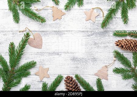 Fond de Noël avec branche de sapin et décoration en bois sur table en bois. Cadre naturel ECO. Vue de dessus. Espace de copie - image