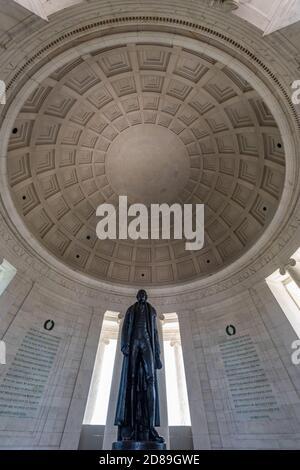 La statue en bronze de 5,8 m de haut de Rudulph Evans de Thomas Jefferson se dresse Au-dessous du dôme à cercueil du Jefferson Memorial de John Russell Pope
