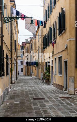 Lavage en train de sécher à partir de maisons dans une ruelle étroite dans la région de Castello de Venise, Italie 2020