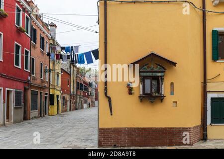 Lavage en train de sécher depuis des maisons colorées dans la région de Castello de Venise, Italie 2020